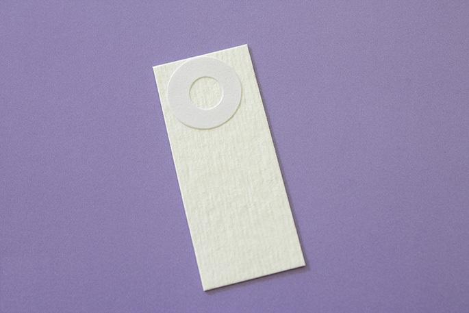 Кольцо клеим на кончик более длинного прямоугольника из картона