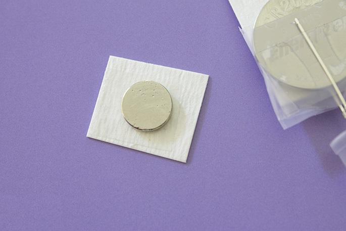 Наконец, берем малый кусок картона из п. 2. На него клеим опять кусок двусторонней липкой ленты, на ленту сажаем по центру картона плоский магнит.