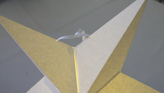 Для такого ярлыка с лампочкой соединительную веревочку на звезде сверху необходимо делать сплошную – чтобы можно было на нее подвесить ярлык за крючок