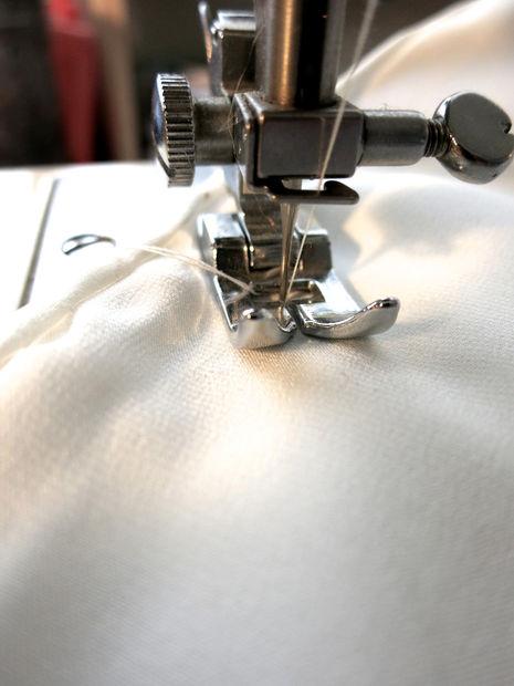 Прострочите по меткам на швейной машинке обычным прямым швом