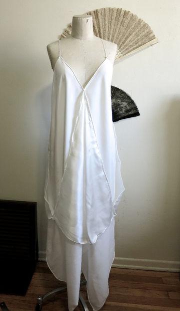 Теперь ваше платье-труба обрело более-менее цельную форму, а спереди и по бокам свободно свисают в трех местах 6 уголков платков – по 2 на каждый шов