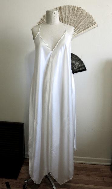 Можно вывернуть платье и получить эдакий свободный «балахончик» без какого-либо декора спереди и по бокам