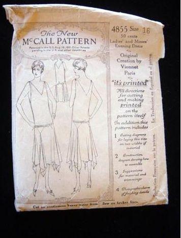 дизайн платья из платков вдохновлен идеями Мэделин Вайоннет (Madeleine Vionnet) – дизайнером из 20-х гг.
