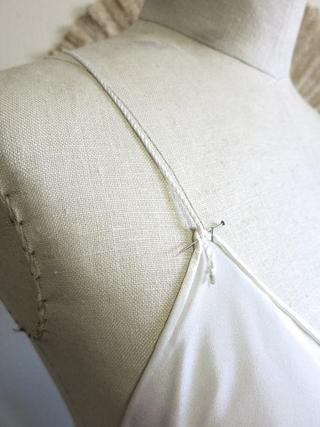 Соедините бретельками два передних верхних уголка платья и один общий задний.