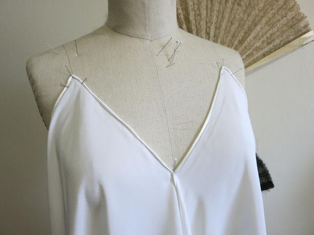 сведите соответствующие края шарфа вместе спереди ниже в области груди, определяя, насколько глубоким будет вырез