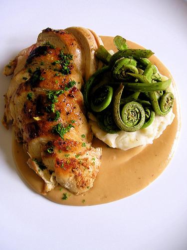 Подумайте о том, как представить порцию основного блюда в окружении гарнира
