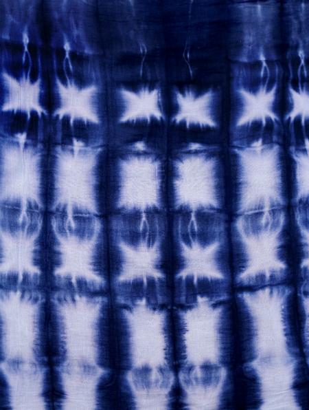 окрашиваие ткани по технике Шибори: симметричная геометрическая плитка