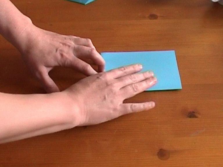 Как нарезать много абсолютно одинаковых снежинок: правильно складываем бумагу, пошаговая инструкция в картинках - сложили еще раз пополам
