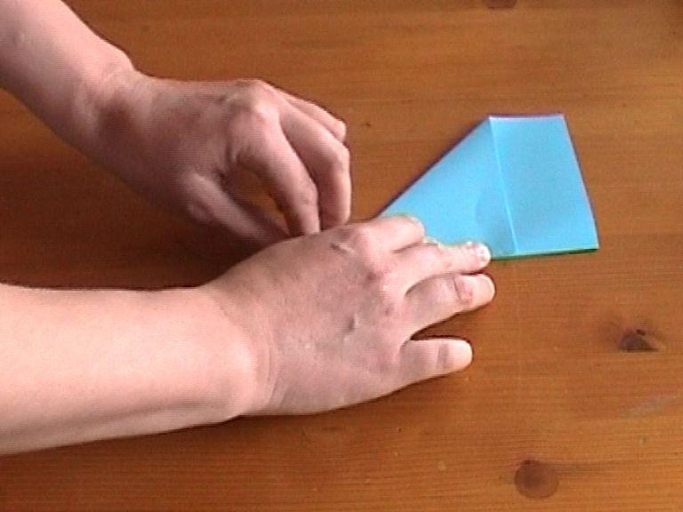 Как нарезать много абсолютно одинаковых снежинок: правильно складываем бумагу, пошаговая инструкция в картинках - сложили уголок вперед