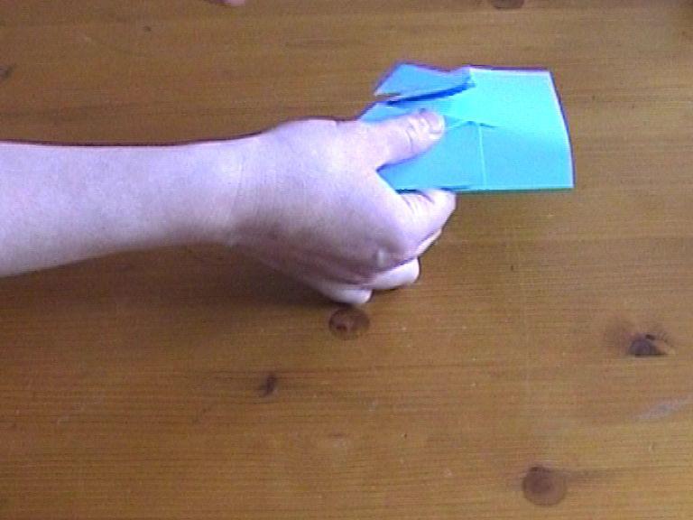 Как нарезать много абсолютно одинаковых снежинок: правильно складываем бумагу, пошаговая инструкция в картинках - делаем первый надрез по передней линии последней согнутой детали