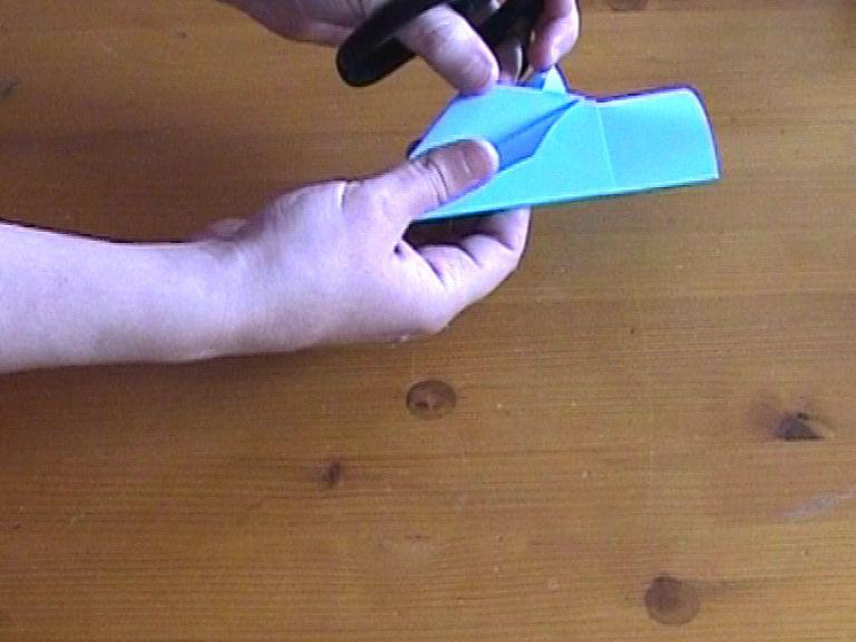 Как нарезать много абсолютно одинаковых снежинок: правильно складываем бумагу, пошаговая инструкция в картинках - отгибаем последнюю согнутую деталь обратно