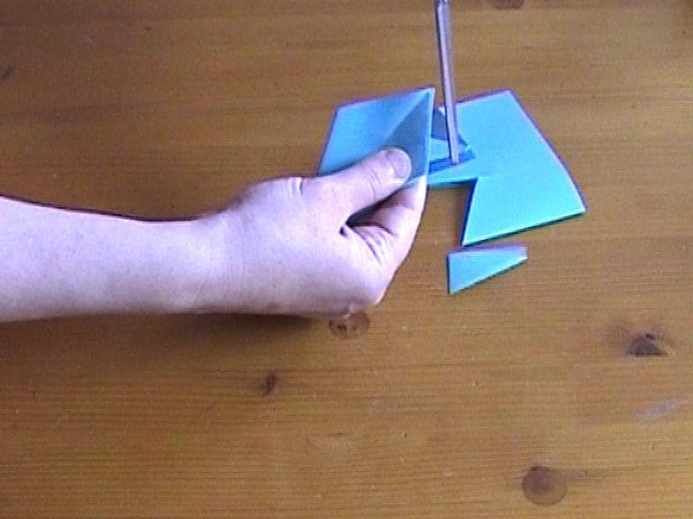 Как нарезать много абсолютно одинаковых снежинок: правильно складываем бумагу, пошаговая инструкция в картинках - по ее краяю опять делаем разрез, но уже с другой стороны и вниз