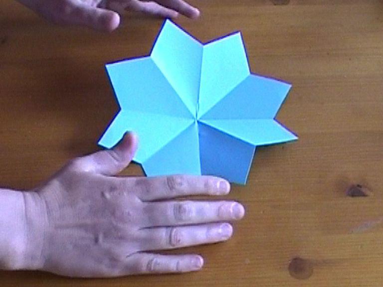 Как нарезать много абсолютно одинаковых снежинок: правильно складываем бумагу, пошаговая инструкция в картинках - готовая идеально ровная снежинка