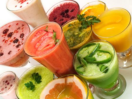 Возьмите сезонные фрукты и ягоды, вроде дыни или клубники, и сделайте себе смуфи!
