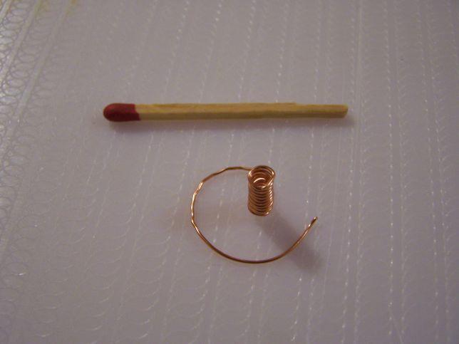 спираль из проволоки - держатель для свечи