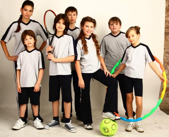 школьники в разной спортивной форме