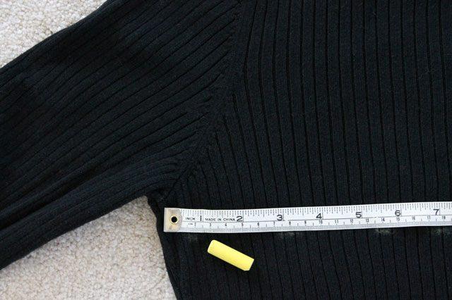 Мелком рисуем ровную линию на спине свитера от бокового шва до бокового с отступом 2,5 см вниз от подмышек (пройм рукавов)