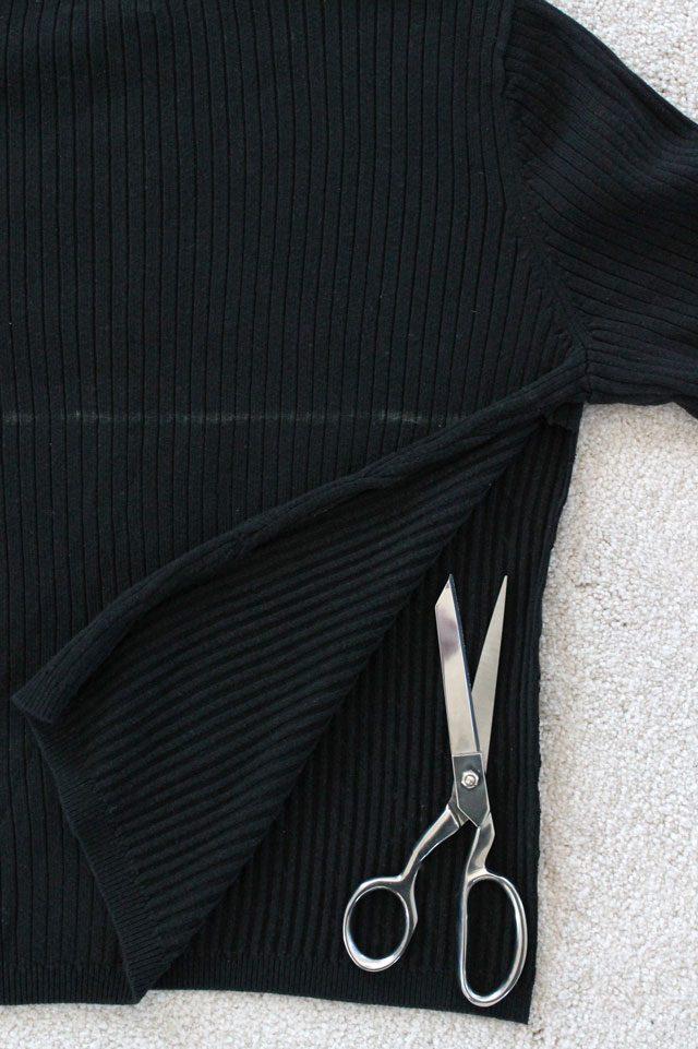 Острыми длинными ножницами как можно ровнее отрезаем у свитера боковые швы до линии мелком