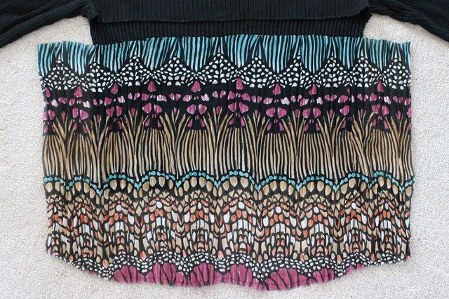 Отрезаем кусок жатой или плиссированной ткани на 21 см длиннее, чем ширина свитера и той длины, какой вы хотите видеть спинку свитера