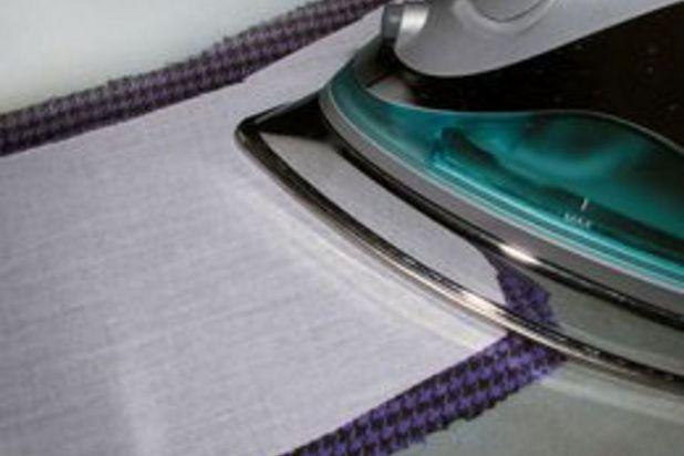 Отцентрируйте детали из сетки на соответствующих деталях из ткани и прикрепите одно к другому утюгом