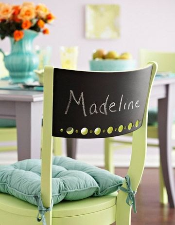 для столовой, в которой часто появляются дети: на спинке каждого личного стула мелом написать имя члена семьи