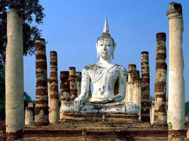 многочисленные многовековые статуи в историческом парке на Сукхотхае Тайланд