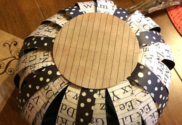 Вырезаем небольшой круг из картона и клеим его на попку тыквы для устойчивости