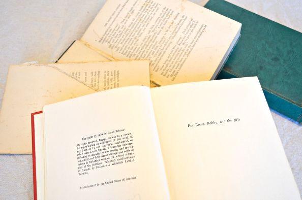 Берем старую достаточно объемную книгу, у которой уже давно оторвалась обложка, либо просто ненужную книгу, вроде дамских бульварных романов или «Капитала»