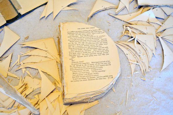 Обрезаем страницы (стопками по 3-4 шт. за раз) до формы полукруга, как на снимке ниже, либо до более сложной формы ¼-ти тыквы в разрезе