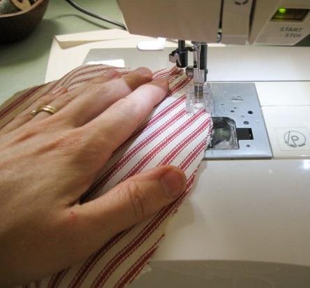Затем сшиваем эти лепестки нарочито швами наружу – последние будут имитировать канавки по бокам тыквы