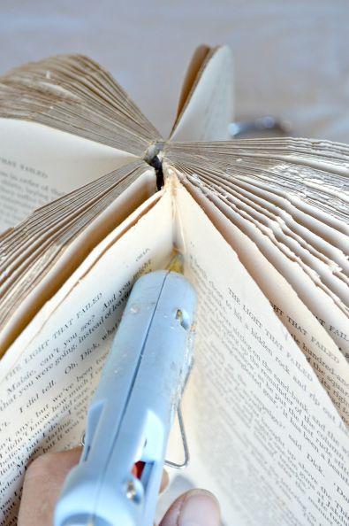 Раскрываем обрезанную книгу и делаем из нее шар с центром из того самого книжного корешка на клею и бумаге/ткани, ставим по 3-4 капли клея между всеми страницами