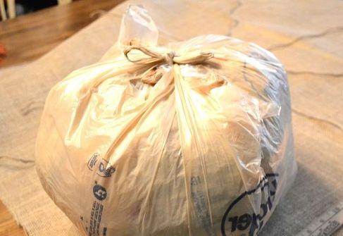 Обычный полиэтиленовый мешок набиваем любым наполнителем от обрезков ткани до ваты