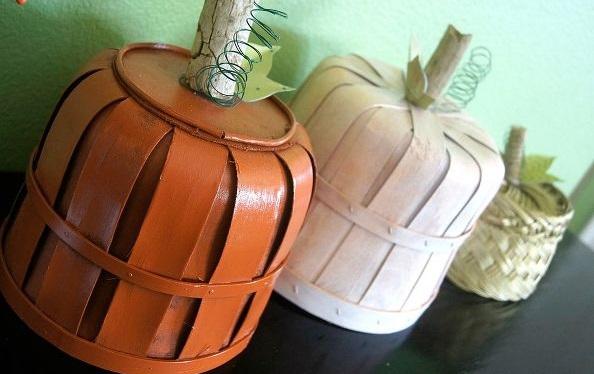 И далее клеим сверху на готовые основы из корзин в центр по 1 толстой палочке (можно окрашенной в молочный или бежевый цвета), несколько пружинок, листочков