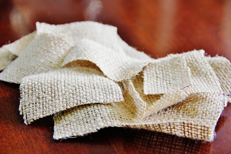основу из плотного шара из мятой бумаги, на этот раз с выступающим в одном месте конусом (черенок), оклеиваем при помощи декупажного клея маленькими полосками мешковины