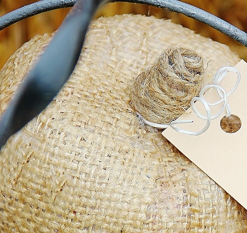На конус плотно и без промежутков наматываем натуральную веревку, сажая витки на клей по мере продвижения работы