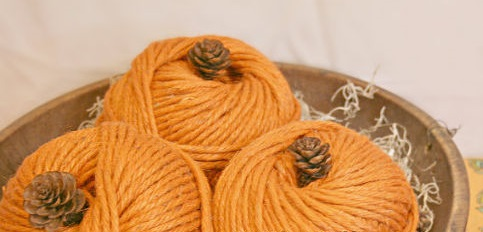 Тыквы из оранжевых клубков пряжи своими руками