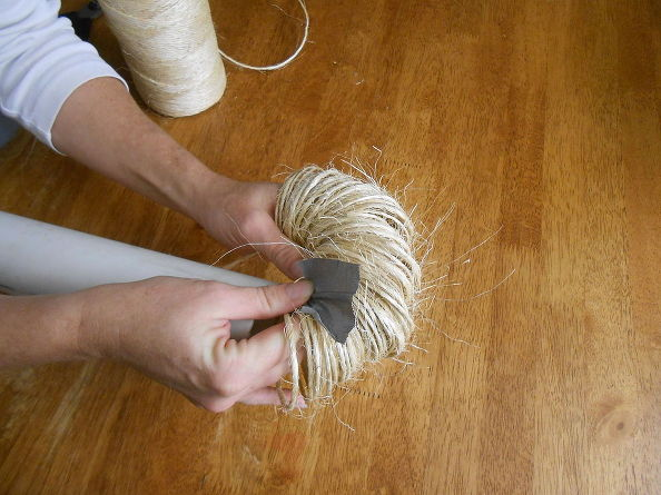 Снимаем кольца веревки с трубы, удерживая первые пальцами