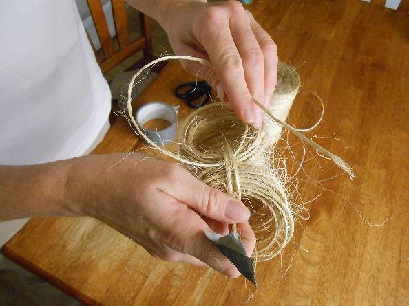 Новым кусочком веревки связываем кольца вместе и затем равномерно распределяем их в шар