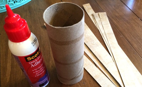 Бумагу для скрапбукинга двух сочетающихся расцветок режем на множество полосок шириной около 1,5 см