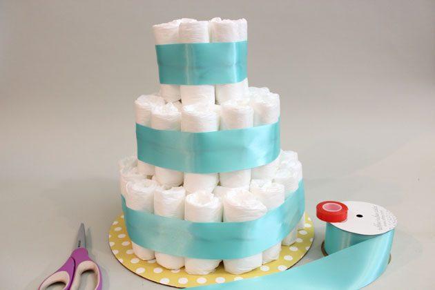 Декорируем наш «торт» из подгузников лентами