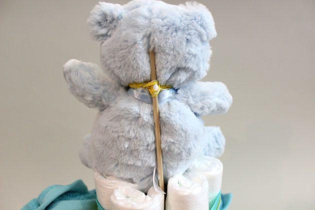 Резинкой за горло закрепите шампур сзади у мягкой игрушки