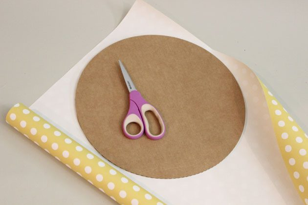 Карандашом обведите на бумаге картонный круг-основание для вашего «торта», вырежьте