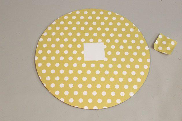 Из одного круга вырежьте его центр формой квадрата или круга
