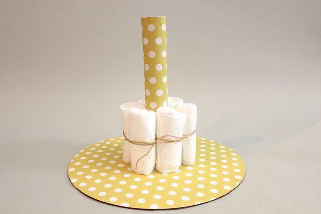 Выкладываем подгузниками нижний ярус «торта»