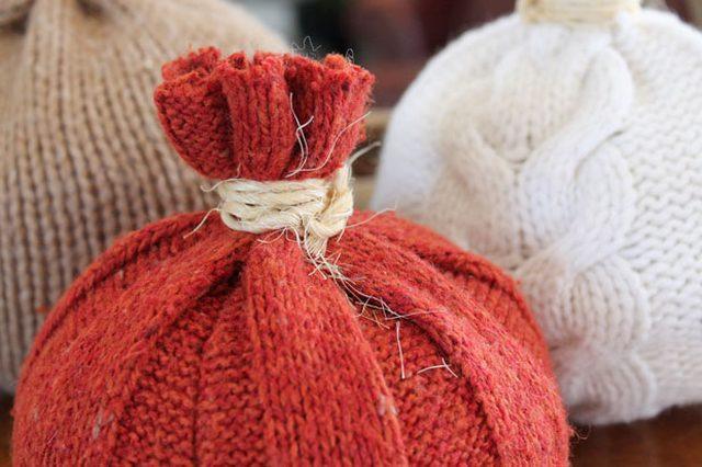 Готовые тыквы-декоративные подушки из свитеров своими руками