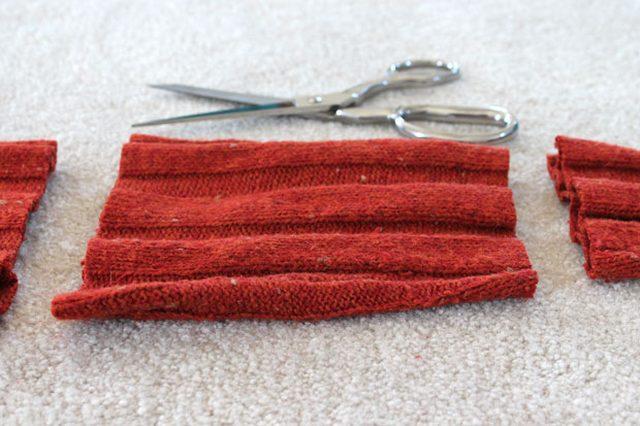 Для каждой тыквы вырезаем среднюю секцию одного длинного рукава вязаной вещи