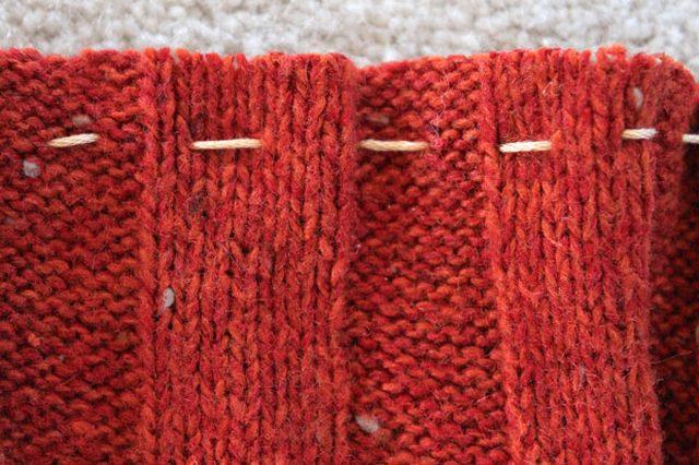 Рукав выворачиваем наизнанку и вручную прямым швом прошиваем по кругу более длинный открытый край вязаного материала