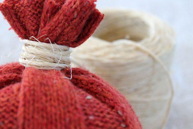 Затем собираем пальцами открытый верх рукава и обматываем много раз вокруг «черенка» тыквы натуральную веревку