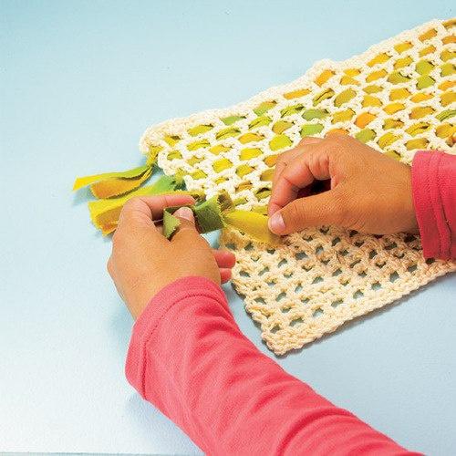 вязание крючком из тонкого атласного шнура и тканевые ленты, как это делают, например, в афганских коврах