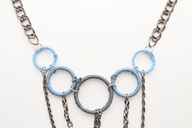 Колечками 10 мм в диаметре крепим широкие цепочки справа и слева к меньшим из крупных колец.